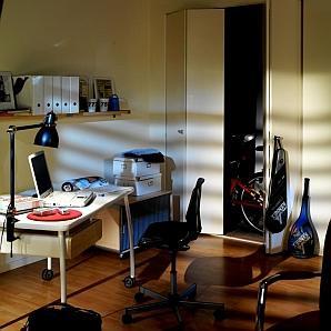 Biurko z komputerem w małym mieszkaniu