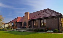 Ile kosztuje dach z dachówki ceramicznej, gontów drewnianych, blachy cynkowo-tytanowej? Ceny materiałów na pokrycie dachu