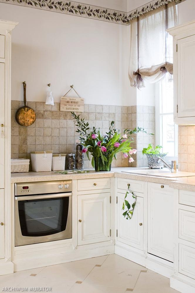 Kuchnia prowansalska  piękna aranżacja białej kuchni w tradycyjnym stylu  K   -> Kuchnia Angielska Jakie Dodatki