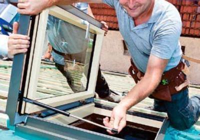 Nowe okna połaciowe w starym dachu. Zasady mocowania okien dachowych krok po kroku. Galeria