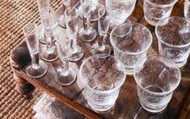 Jaki to kieliszek - do wina, wódki, a może likieru? Rozwiąż QUIZ z wiedzy o stołowym savoir vivre