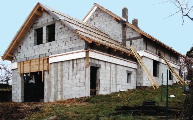 Dom na zboczu. Historia budowy według projektu Muratora C110 Dom za rogiem