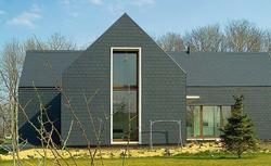 Wykończenie dachu i elewacji. Płytki dachowe na ścianach oraz połaciach