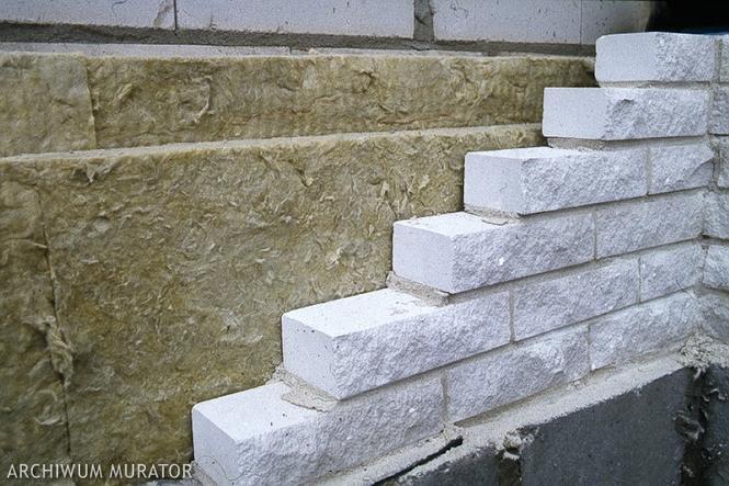 Ściana trójwarstwa z elewacją z cegieł silikatowych