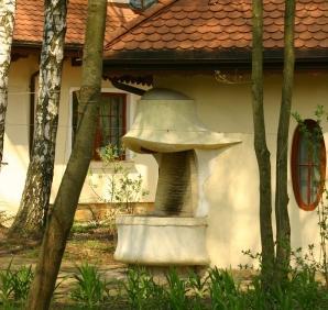 Nietypowy półokrągły kominek zewnętrzny