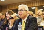 <p>Pytania zadawali przedstawiciele producentów. Henryk Kwapisz z firmy ISOVER dyskutował o tym, w jakim czasie zwracają się dodatkowe wydatki na dom energooszczędny.</p>